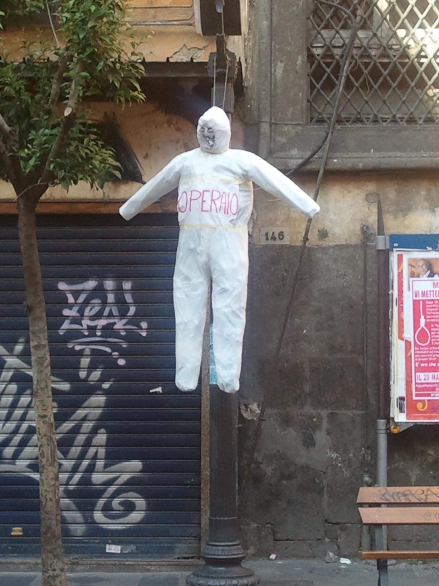 Manichini impiccati centro Napoli
