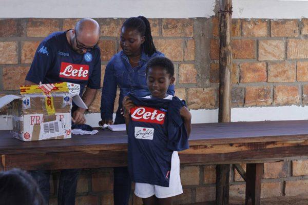 OWA Mozambico gioca con la maglia del Napoli